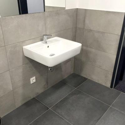 Badezimmer mit großen Fliesen