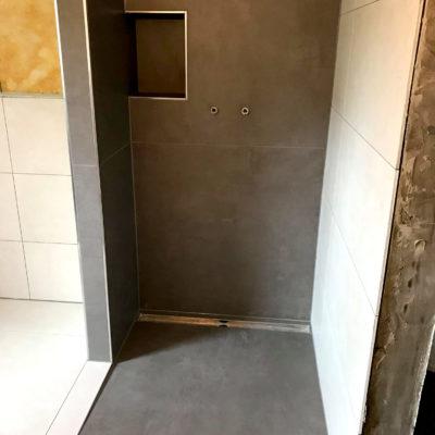Dusche mit großen Fliesen