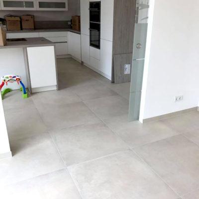 Küche mit großen Bodenfliesen