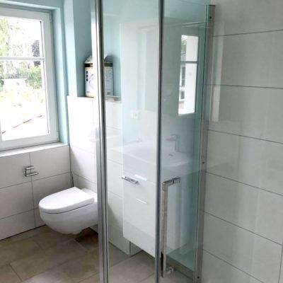Badezimmer mit Dusche weiße Fliesen