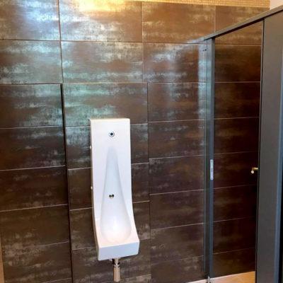 Toilette mit dunklen Fliesen