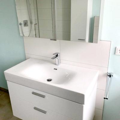 Waschtisch mit großen weißen Fliesen